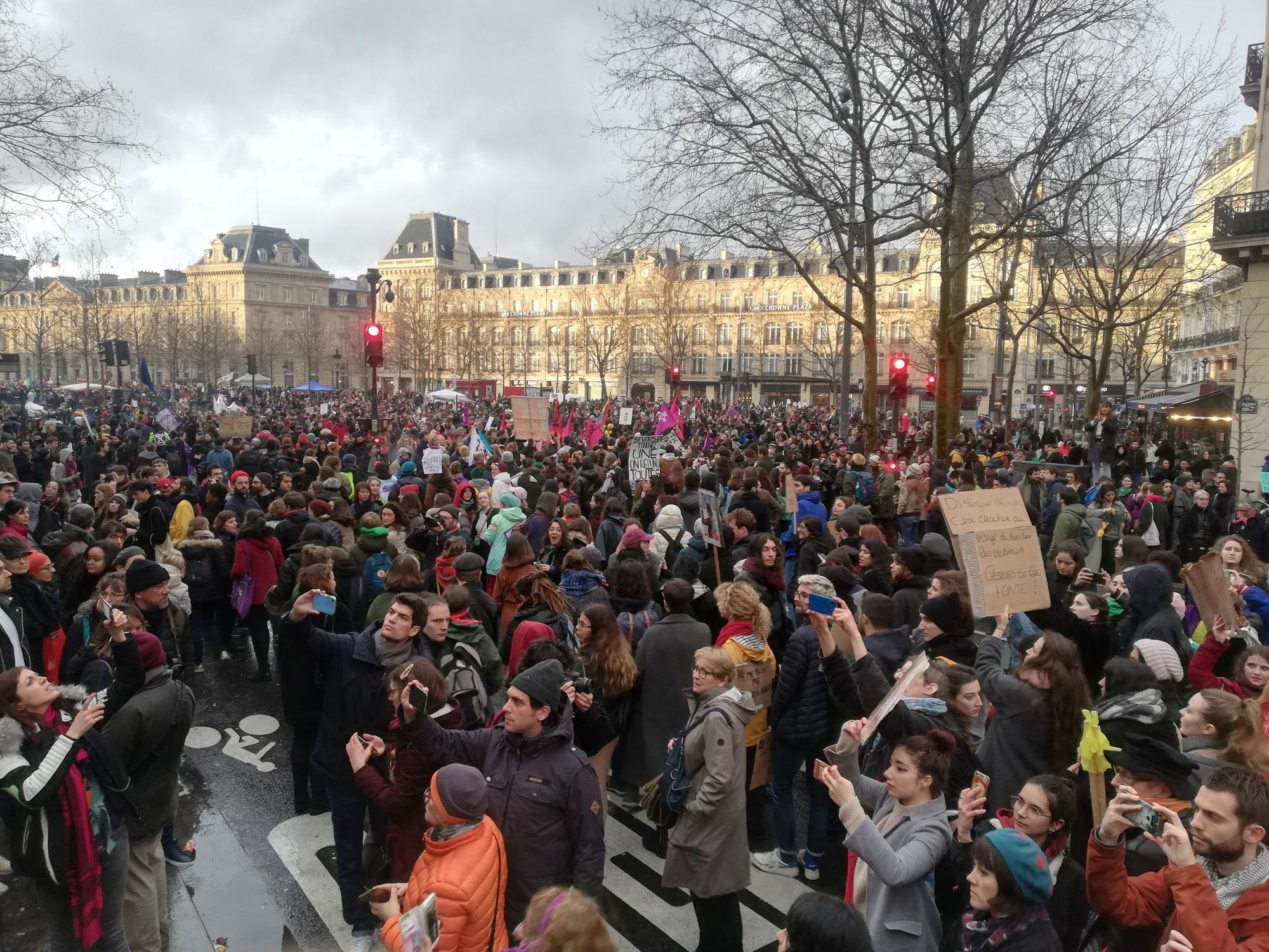 Foule pendant la manifestation du 8 mars 2020